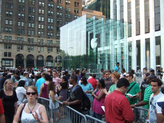 אנשים מחכים בתור לקנות iPhone5